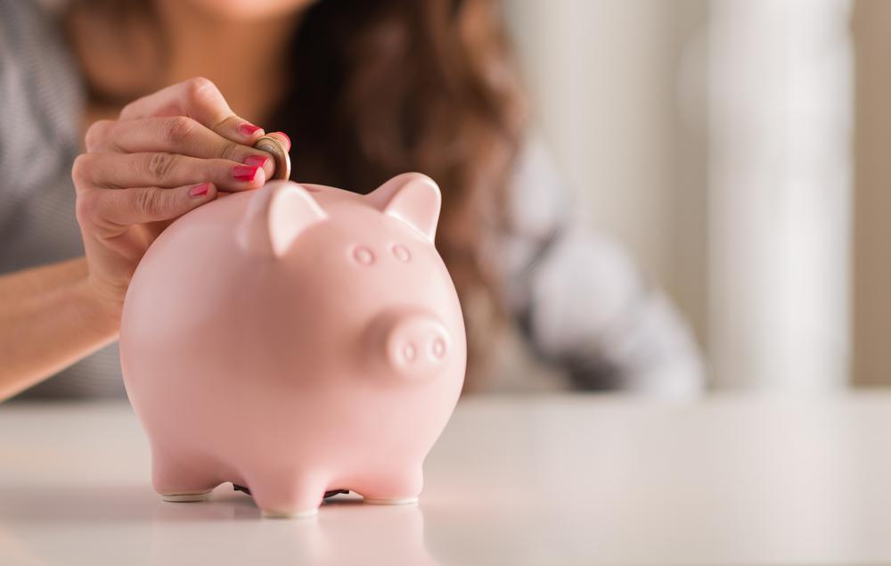 Wer später ein sorgenfreies Leben als Rentner führen möchte, sollte sich schon jetzt um die Bildung von Rücklagen kümmern. Bildquelle: Aaron Amat – 132478784 / Shutterstock.com